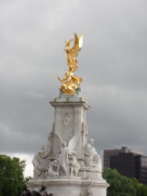 A fountain by Buckingham Palace